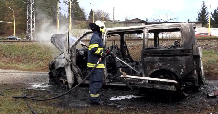 Menet közben gyulladt ki egy autó – a kocsiból csak a megégett karosszéria maradt