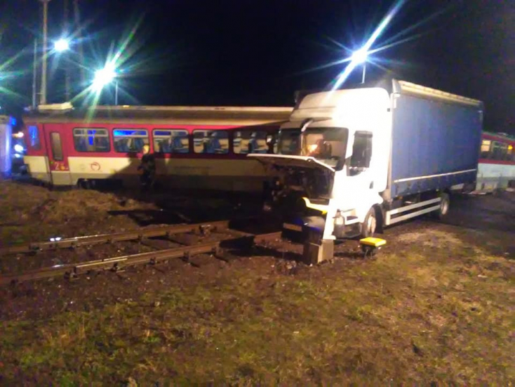 BALESET: Teherautóval ütközött egy személyvonat, a mozdonyvezető ittas volt