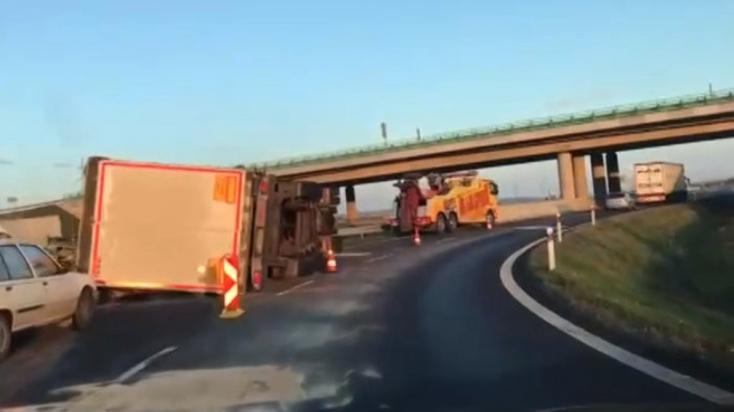 Felborult kamion akadályozta a reggeli forgalmat