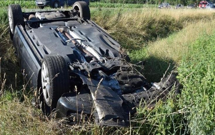 Ütközött a szemből jövő autóval, majd felborult a fiatal sofőr (FOTÓK)