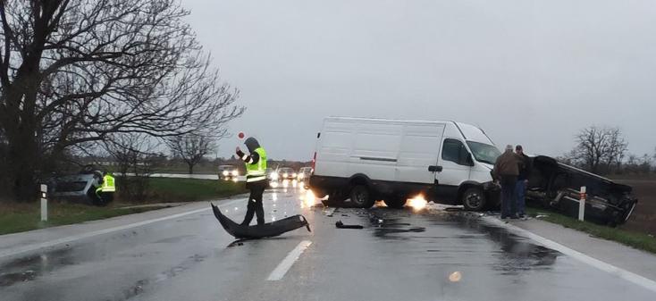 BALESET: Több jármű ütközött a 63-as főúton