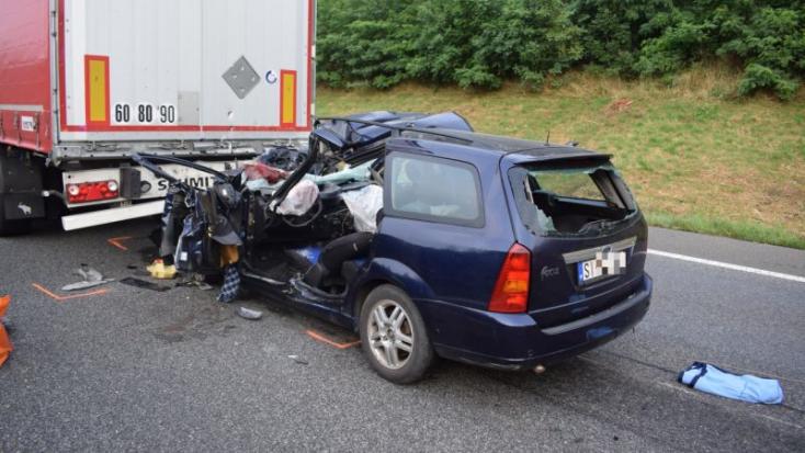HALÁLOS BALESET: Belerohant a teherautóba a Ford, sofőrje nem élte túl
