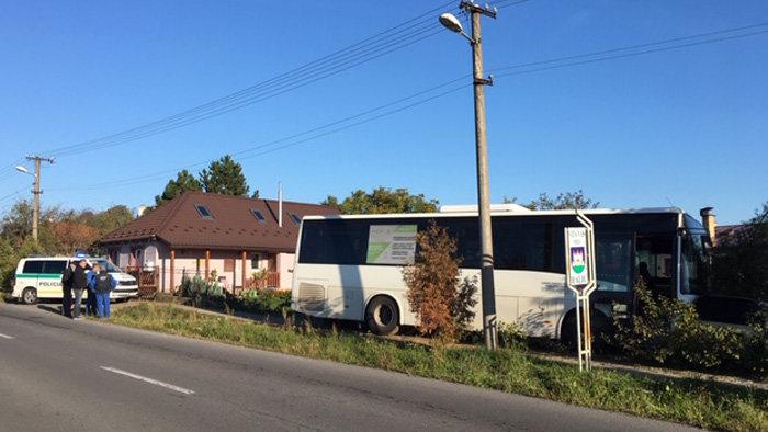 Behajtott a családi ház kertjébe az autóbusz (FOTÓ)