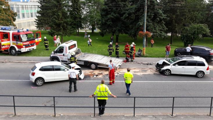 Frontálisan ütközött két autó – mégsem a baleset okozhatta az egyik sofőr halálát