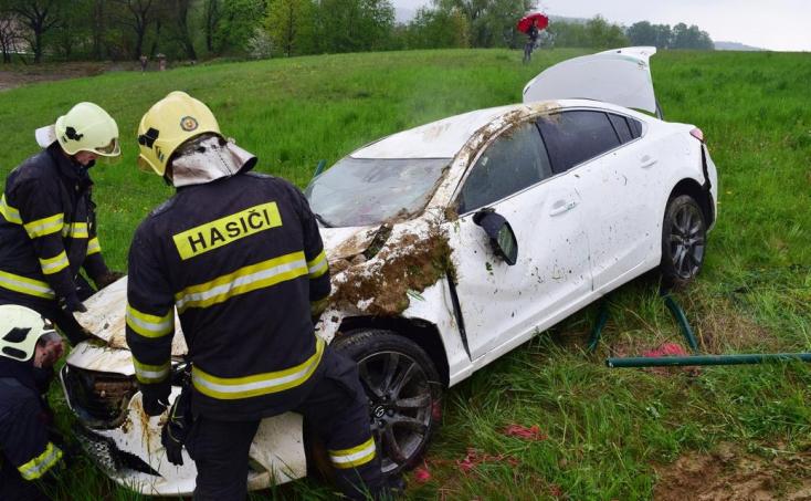 Több mint 50 méteren át csúszott a lejtőn az autó a tetején (FOTÓK)