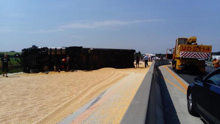 BALESET: Felborult a kukoricával megrakott teherautó, elzárta az utat