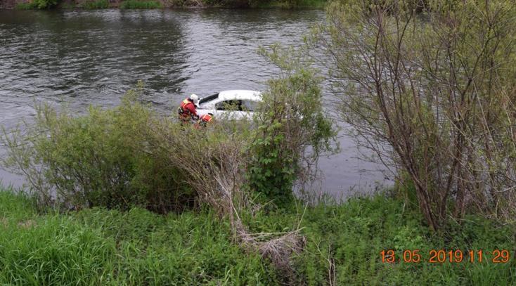 Előzés közben nem tudott visszasorolni a fiatal sofőr, a folyóban végezte a Passat (FOTÓK)