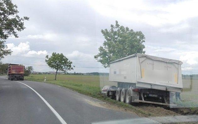 Ekecs és Nyárasd között egy teherkocsi állt meg hűsölni egy fa mellett