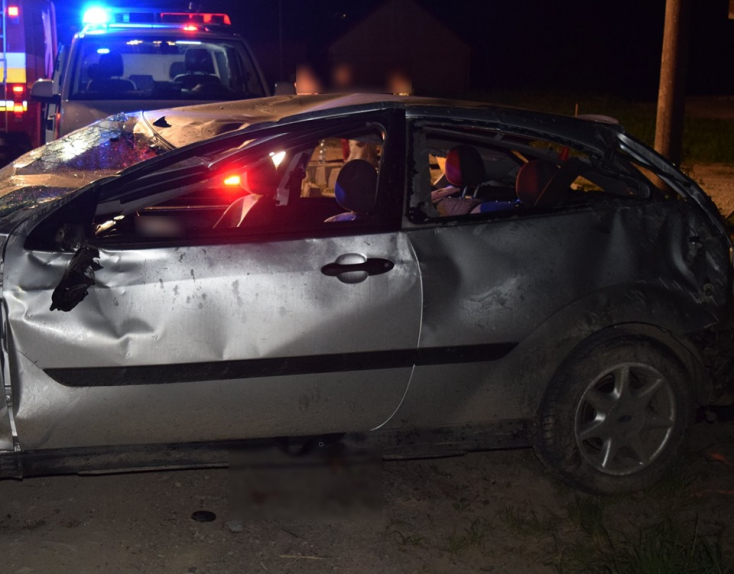 Súlyos baleset: fiatalokkal teli autó fordult át többször is