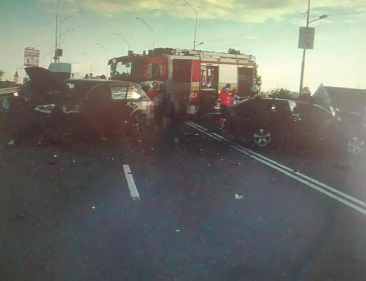SZÖRNYŰ: Frontálisan ütközött két autó, ketten meghaltak, hárman megsérültek!