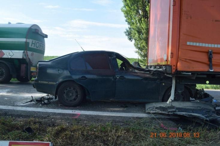 BALESET: Hátulról belerohant az Octavia egy teherautóba, fiatal férfi vesztette életét