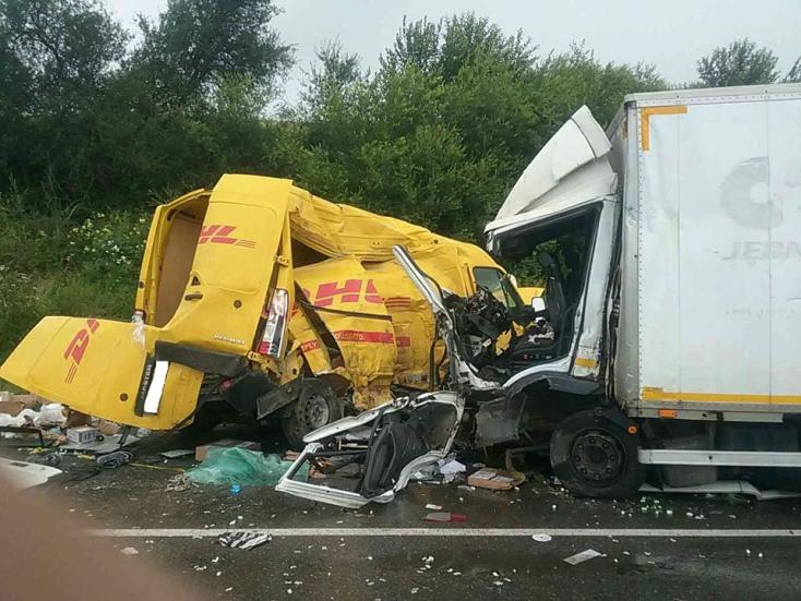 Súlyos baleset: összeütközött két furgon, mentőhelikopter a helyszínen (FOTÓK)