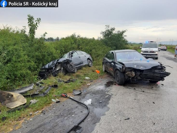 Frontálisan ütközött két autó – egy férfi és egy kislány súlyosan megsérült