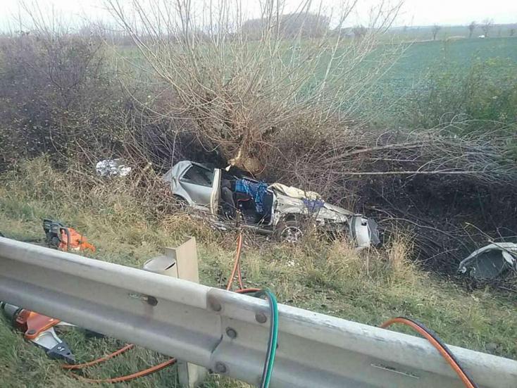 Lerepült az útról és fának csapódott egy VW Golf – a sofőr meghalt, ketten súlyosan megsérültek