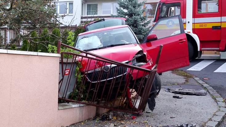 Rendőrök elől menekült a fiatal sofőr, egy családi ház kerítése állította meg