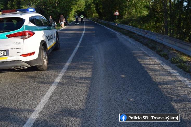 Egy BMW-vel ütközött a motoros Pozsonyeperjesnél, súlyosan megsérült az utastársa!