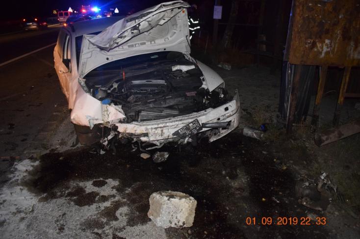 Totálkárosra tört két autót a mattrészeg nő, aki vezetés közben telefonált is