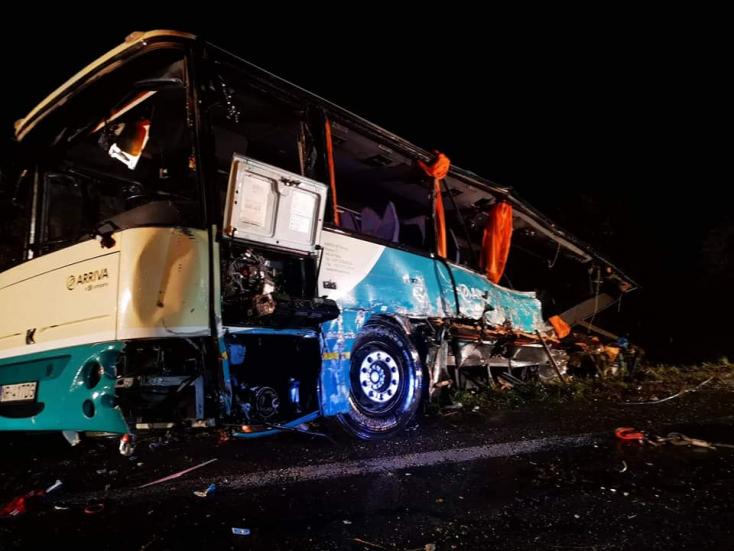 Videón, ahogy kerekeire állítják a balesetet szenvedett autóbuszt
