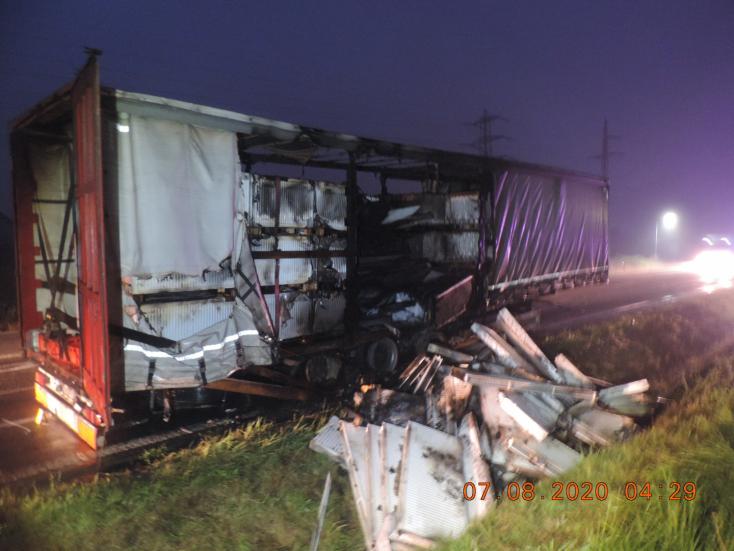 Elmenekült a baleset helyszínéről a kamionos, otthagyta az égő pótkocsit (FOTÓK)