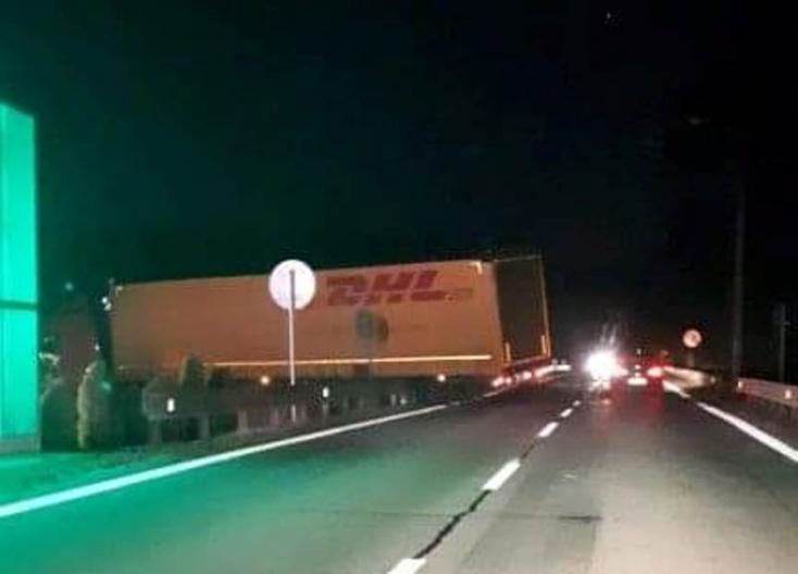 Vakmerő vagy a GPS áldozata? Elakadt egy kamion a medvei híd letérőjénél (FOTÓ)