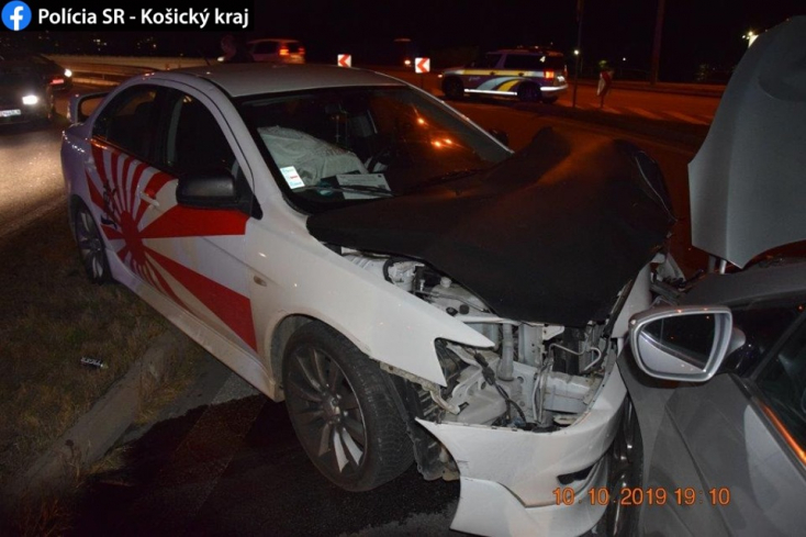 Súlyos baleset: átrepült a járdaszigeten és frontálisan ütközött egy személyautó (FOTÓK)