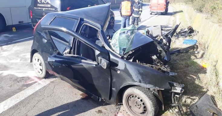 Szörnyethalt a 29 éves férfi, miután autójával busznak csapódott - fotók