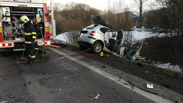 Rádőlt a volánra, majd frontálisan ütközött a kamionnal – a sofőr a helyszínen meghalt