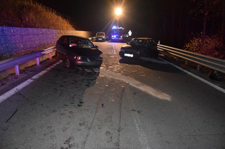 Frontálisan ütközött egy Seat és egy Volvo, két nő súlyosan megsérült