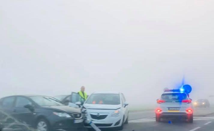 BALESET: Autók ütköztek a reggeli ködben a 63-ason