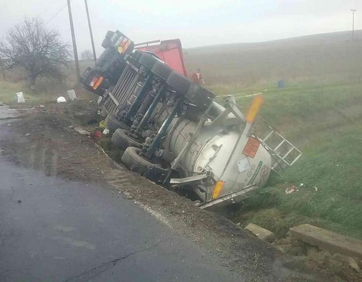 Felborult egy veszélyes anyagot szállító teherautó! (FOTÓK)