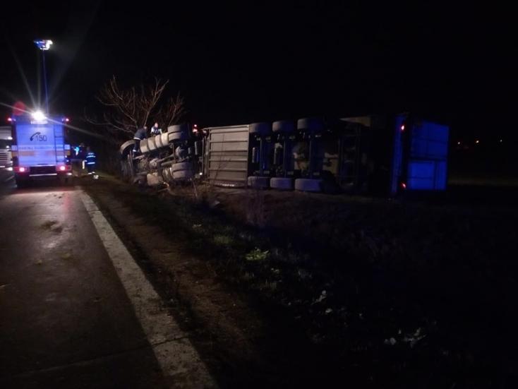 BALESET: Felborult egy kamion Csilizradványnál
