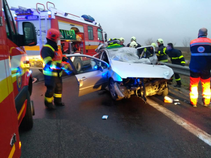 SÚLYOS BALESET: Tehergépkocsi és személyautók ütköztek az R1-esen, egy ember meghalt