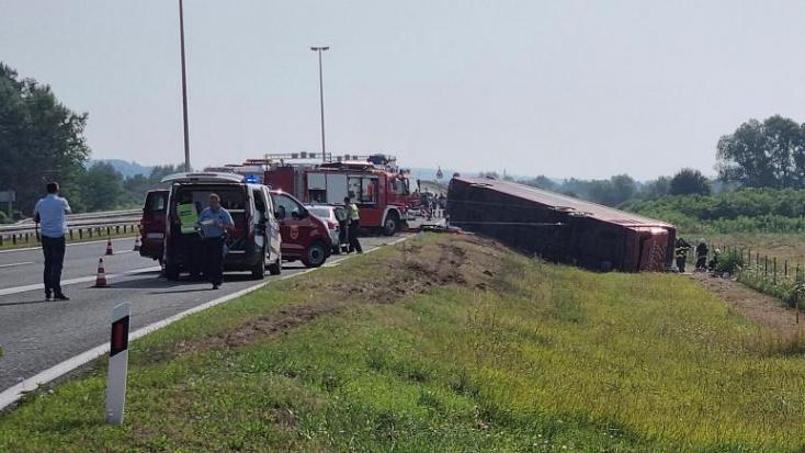 Szörnyű buszbaleset Horvátországban, tíz ember meghalt