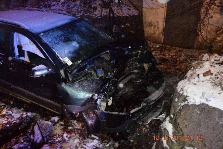 Falnak rohant egy személyautó, a sofőr szörnyethalt (FOTÓK)