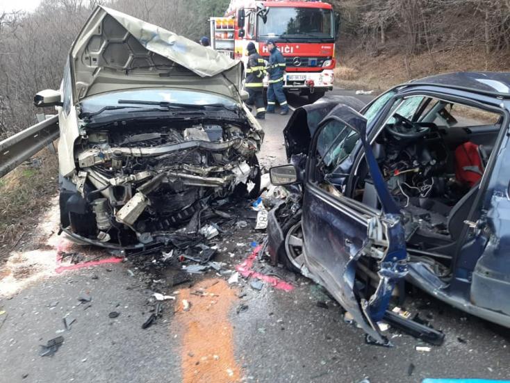 Frontálisan ütközött két autó, 22 éves fiú vesztette életét