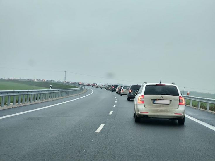 Érsek reagált a Pozsonynál kialakult közlekedési káoszra, vonatra szállt Úszoron (VIDEÓ)