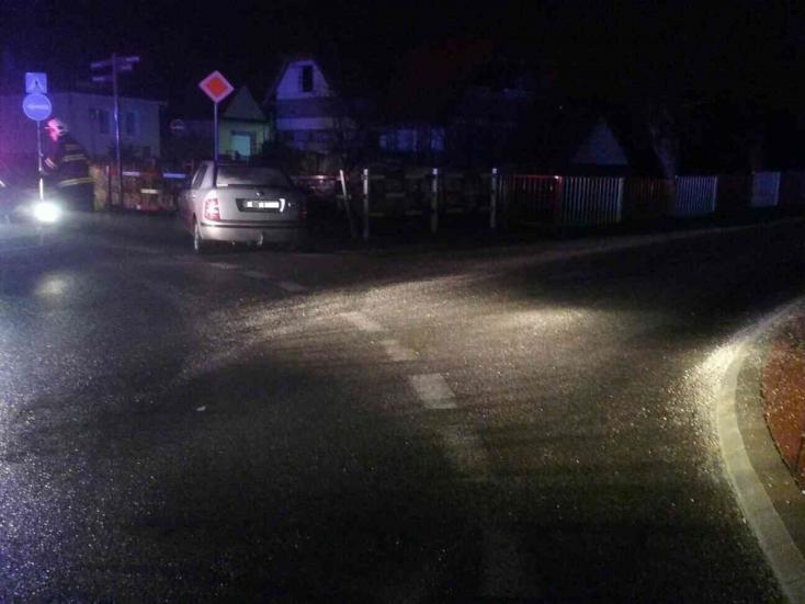 Korlátnak csapódott egy személyautó az éjszaka – FOTÓK