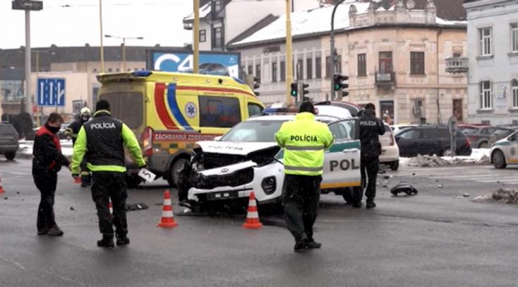 Súlyos baleset: bevetésre igyekvő rendőrautóba hajtott bele egy Škoda a forgalmas kereszteződésben