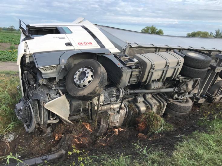 BALESET: Elaludhatott a sofőr, árokba borult egy kamion