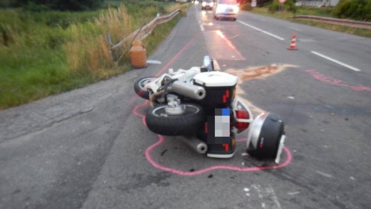 BALESET: Nem adott előnyt a furgon sofőrje, a betonon végezte a motoros