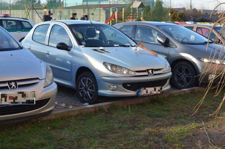 Belevágtak a Peugeot-ba egy fejszét, de mást is hagytak a kocsin (FOTÓK)