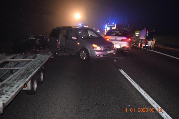 BALESETEK: Sárosfánál egy súlyos sérült a 63-ason, az autómentő sofőrje két kocsi közé szorult!