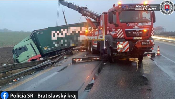 Furgon és kamionok ütköztek a D1-esen, elterelték a forgalmat