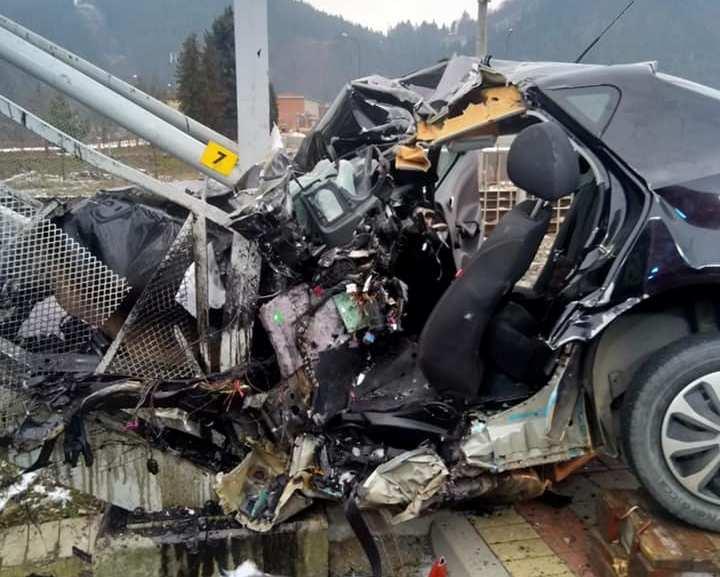 Szörnyű baleset: felüljáró lépcsőjének vágódott egy autó, a sofőr szörnyethalt