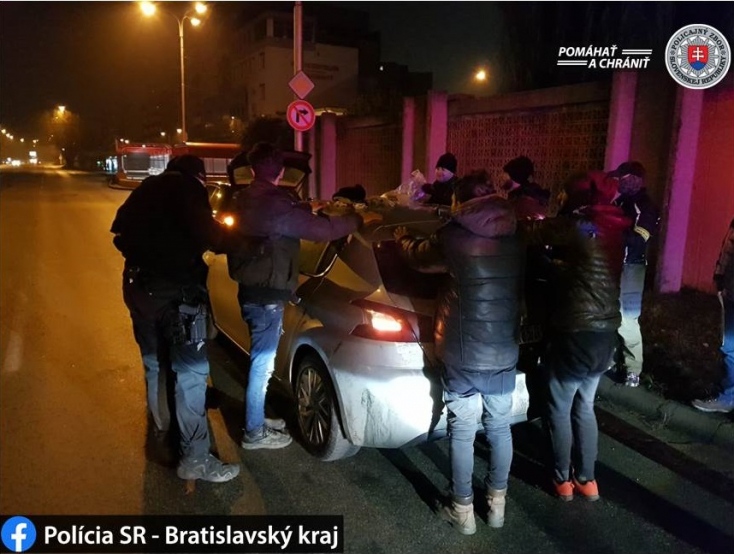 Leesett a pozsonyi rendőrök álla, amikor belenéztek a szíriaiakkal teli kocsi csomagtartójába