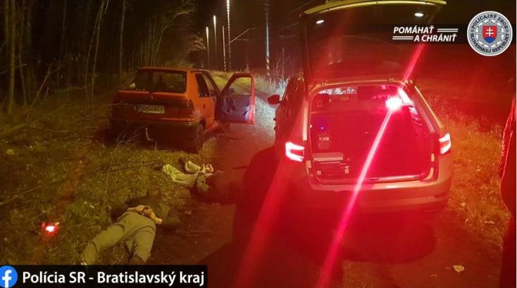 Nem fizettek a benzinért, üldözőbe vették őket a rendőrök – az anyósülésen ülő fickónak volt izgulnivalója