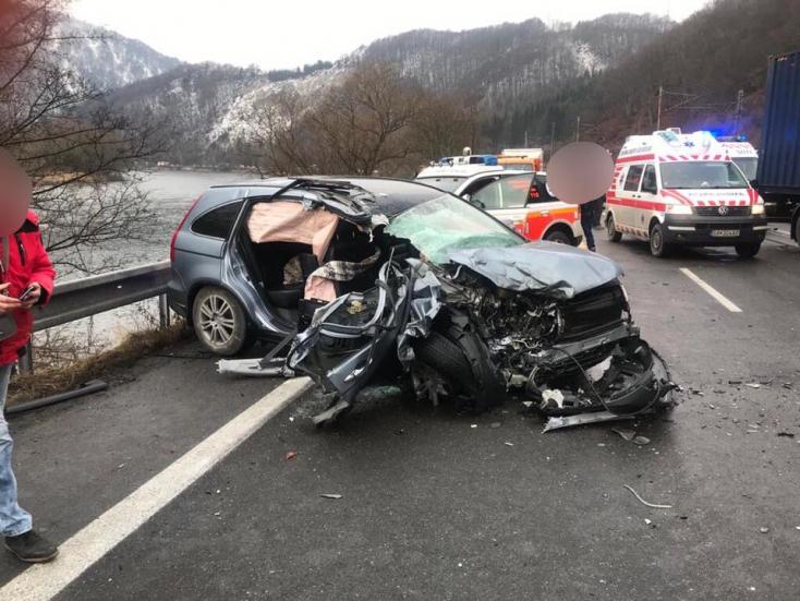 BALESET: Kamion és személyautó ütközött – utóbbi teljesen szétroncsolódott (FOTÓK)