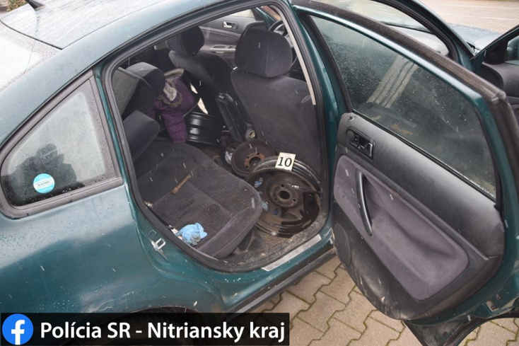 Járókelő hívta fel a rendőrök figyelmét egy gyanús Passatra, a kocsi alaposan meg volt pakolva (FOTÓK)