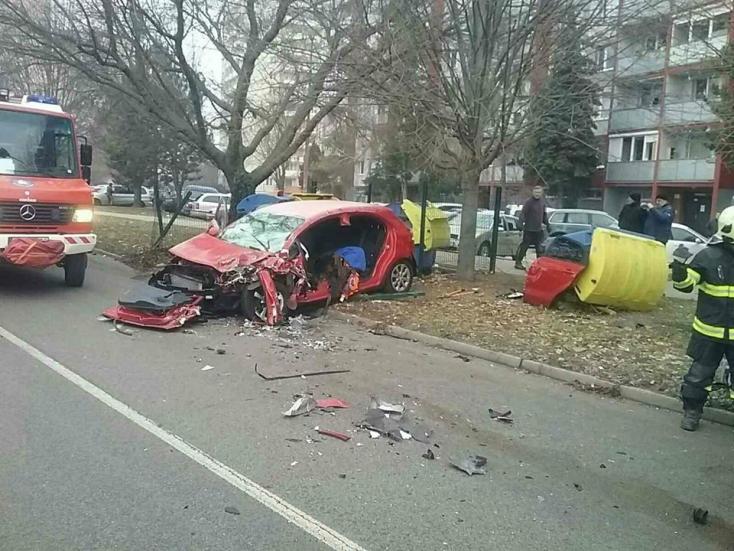 BALESET: Furgon és személyautó ütközött a belvárosban, az egyik sofőrt a tűzoltók szabadították ki
