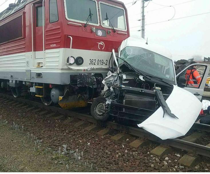 Halálos baleset: vonattal ütközött egy furgon, két személy életét vesztette